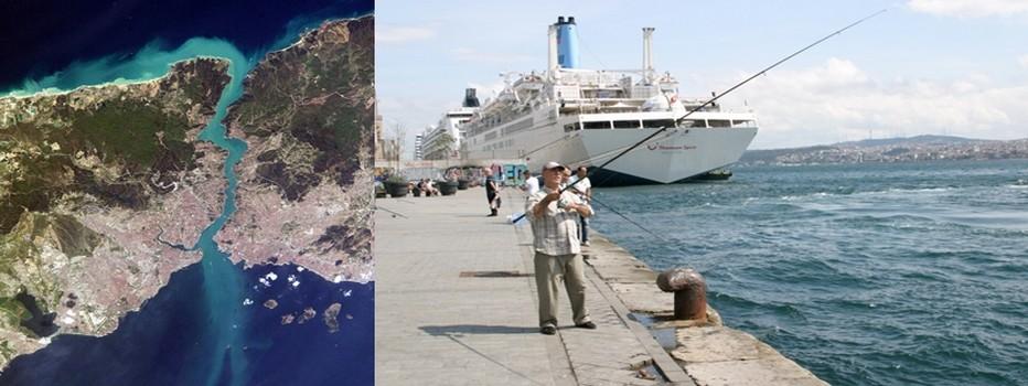 De gauche à droite :  la vue aérienne (satellite) du Grand Istanbul, avec au beau milieu le Bosphore ; L'énorme navire ne semble pas gêner ce pêcheur à la ligne. © Richard Bayon