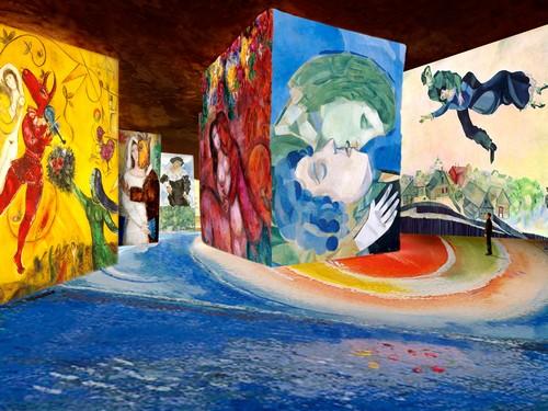 """""""Les murs de 14 mètres de haut des Carrieres de Lumieres deviennent ainsi le support sur 5000m2 des chefs-d'œuvre les plus évocateurs de Chagall dans un dialogue éblouissant avec les visiteurs."""" copyright ADAGP Paris 2016"""