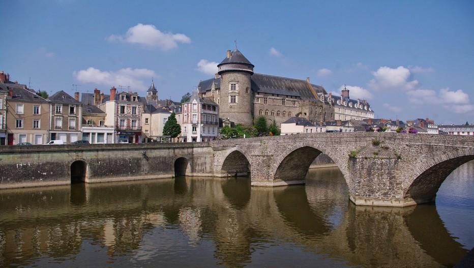 Le Vieux-Château et le pont Aristide-Briand, autrefois pont Neuf,  construit sur la Mayenne à Laval. Il date du début du XIXe siècle et c'est le deuxième pont le plus ancien de la ville.  © O.T. Laval