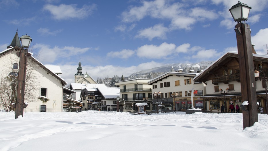 Situé à quelques kilomètres de Megève (photo ci-dessus) et des 200 km de pistes du domaine skiable de l'Espace Diamant, les Balcons du Mont-Blanc en Savoie est le seul village vacances en France à disposer en hiver de ses propres remontées mécaniques. (Crédit photo David Raynal).