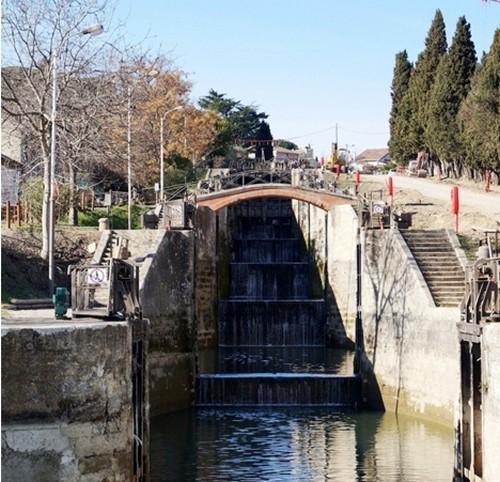 l'écluse de Fonserannes près de Béziers : un chef d'œuvre de créativité avec ses huit bassins ovoïdes qui permettent aux péniches de franchir un dénivelé de 21,50 mètres.  © OT Canal du Midi
