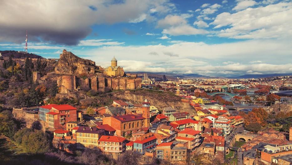 Les magnifiques couleurs de la ville Tbilissi qui est la plus grande ville et la capitale de la République de Géorgie. S'étendant sur les rives de la rivière Koura, son nom dérive de l'ancien géorgien Tp'ilisi. © Mondo Terra