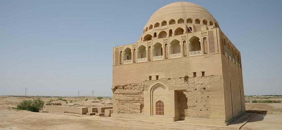A Merv où furent élevés les princes Seljoukides, le Mausolée de Sultan Sanjar dans le centre du Soltankala à l'ouest d'Erk Kala et Giaur Kala. © Mondo Terra