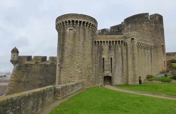 Le château dominant  le port de Brest; ©  C. Gary