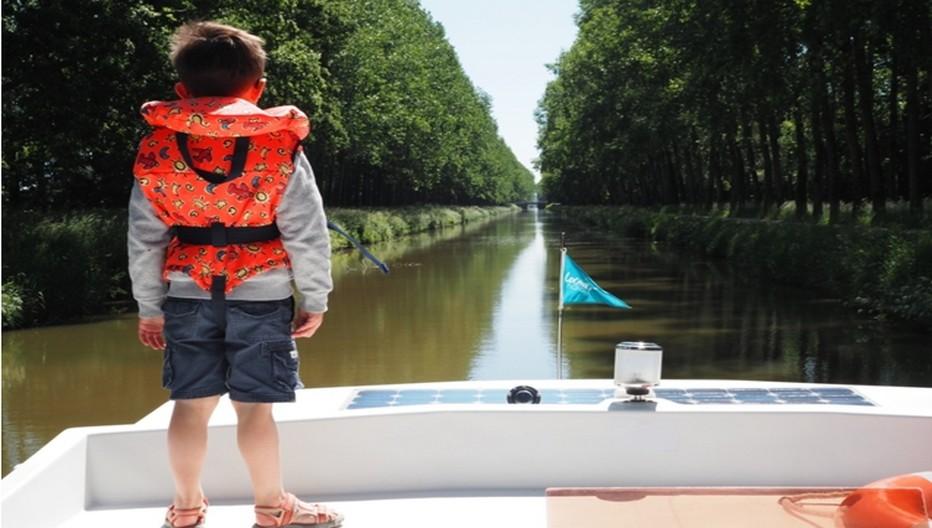 Ce petit garçon semble heureux d'endosser le rôle de capitaine....  © D.R.