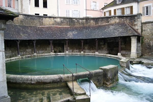 La fosse Dionne est une source exsurgente située dans le centre-ville de Tonnerre (département de l'Yonne). Elle est alimentée par les infiltrations des précipitations  issues du plateau calcaire avoisinant. La fosse Dionne est remarquable par son débit (en moyenne 300 litres par seconde) et la taille de son réseau hydrogéologique qui s'étend jusqu'à plus de 40 km.  Sa présence est à l'origine de la création de la ville de Tonnerre. Un lavoir élaboré a été aménagé autour de la source au XVIIIe siècle.  © Mairie de Tonnerre