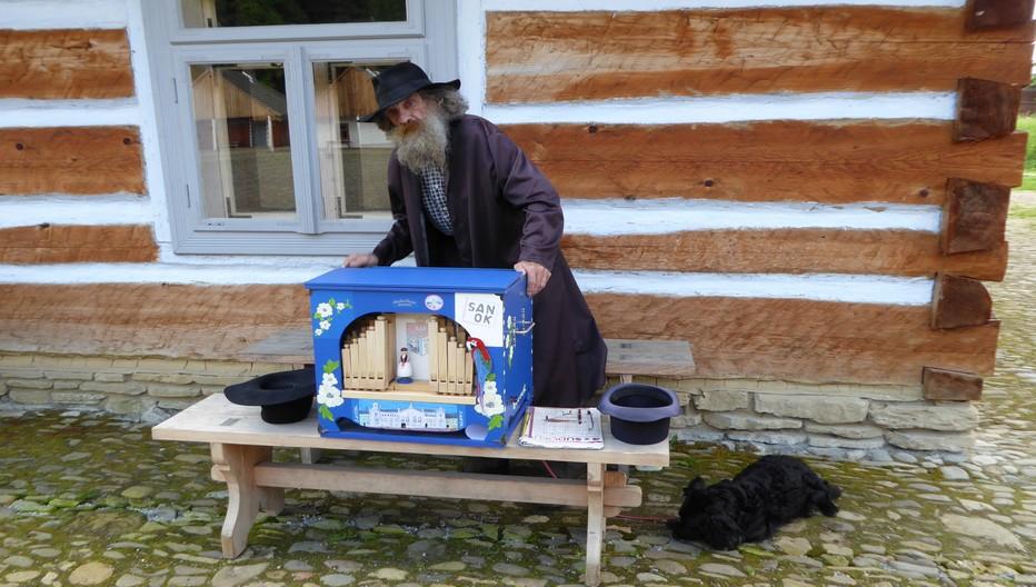 A Sanok , le joueur d'orgue de barbarie au village ethnographique.  © Catherine Gary