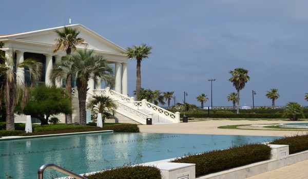 Las Arenas, le luxueux hôtel de bord de mer restauré en 2005 qui fait revivre dans ses murs néo-classiques et immaculés la grande époque des années 1900, date de sa construction.© Catherine Gary
