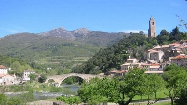 Olargues, classé Plus beaux villages de France, dominant la vallée où descend en méandres et cascades la rivière Jaur enjambée par le Pont du Diable.  © OT Caroux