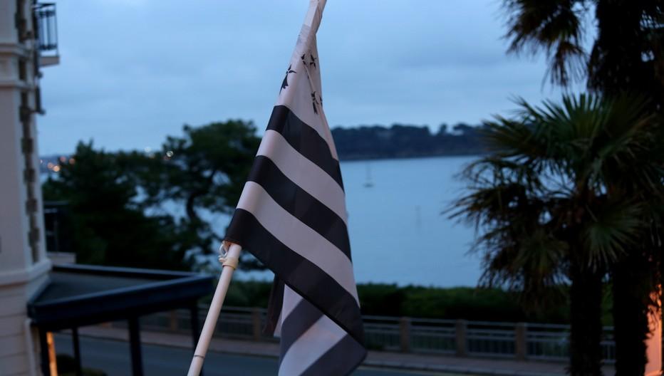 Le drapeau breton domine une vue imprenable sur le paysage sauvage de cette magnifique région d'Ile et Vilaine.  © Richard Bayon