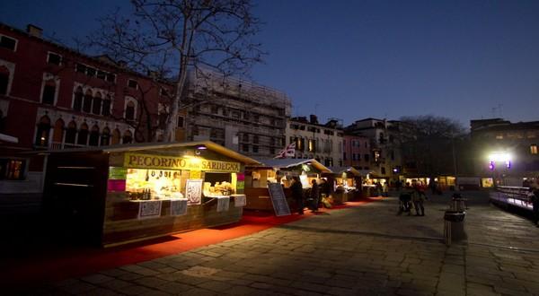 C'est sur le Camp Santo Stefano que se tient le magnifique marché de Noël de Venise. © marchésdenoël.org