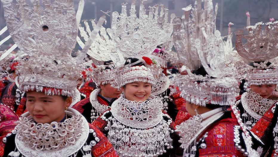 Pendant les fêtes du Nouvel an vous voyez les femmes Miaos défiler dans leurs plus beaux atours.  © Danxia  ONTC