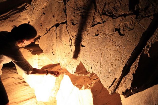 Certaines visites sont proposées la nuit à la lumière des lampes torches qui font mieux ressortir les reliefs gravés et vous plongent en même temps dans le mystère des origines.  © O.T. Portugal