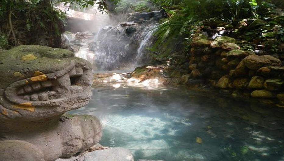 En pleine forêt de jolis bassins ornés de sculptures inspirées des Mayas, alimentés par la cascade d'eau thermale jaillissant à 70°. Certains sont très chauds, d'autres plus froids, à la façon d'un hammam en plein air.  © Catherine Gary