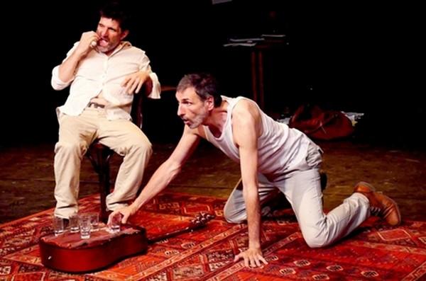 Oncle Vania au Théâtre Essaïon : On boit, on chante, on danse face à l'absurdité de la vie. Ici le Dr Astrov mimant la beuverie  © Théâtre Essaïon