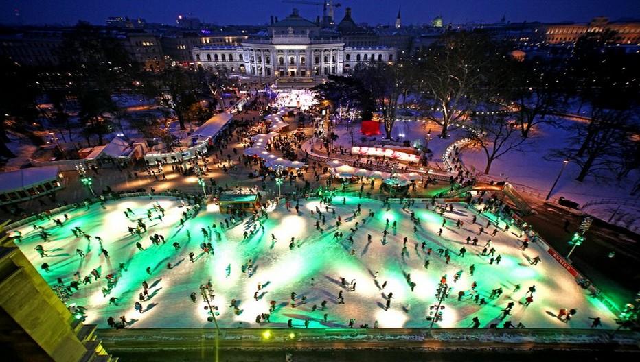 A Vienne,  de janvier à mars, la place devant l'Hôtel de Ville se transforme en une gigantesque patinoire © O.T. Vienne Christian Stemper