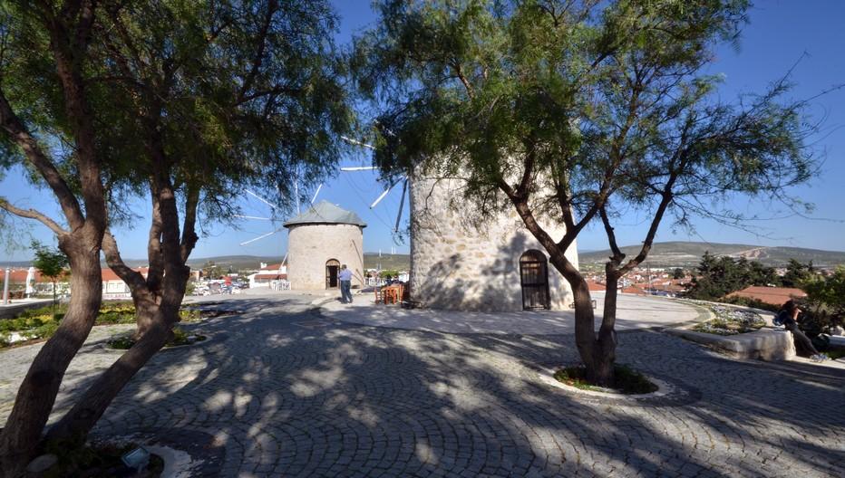 Alaçati est un lieu d'habitation pittoresque avec ses rues et trottoirs à gros pavés et ses moulins à vent séculaires. Crédit photo : David Raynal