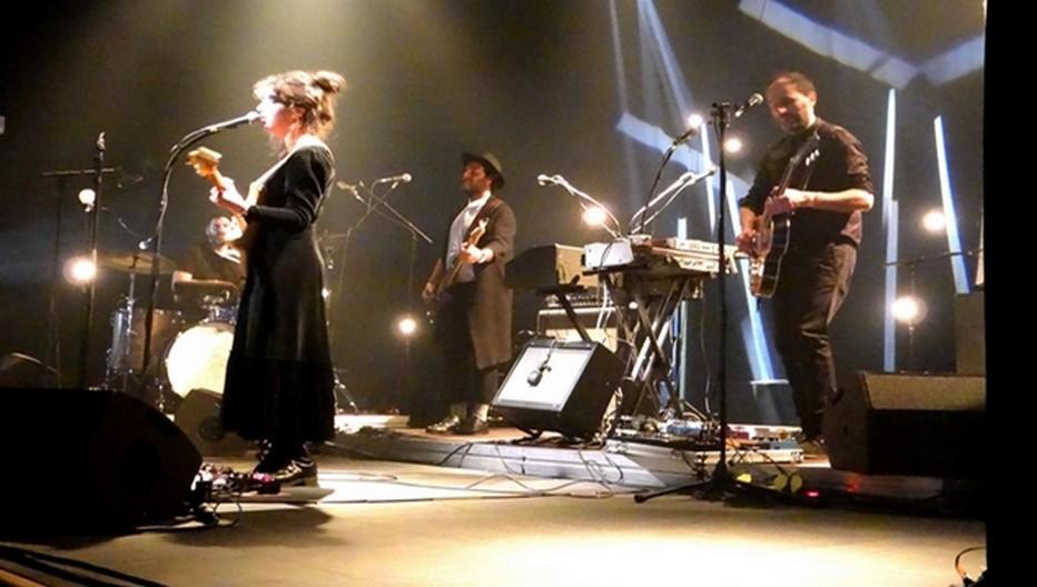 Laura Cahen sur scène avec ses musiciens. ©Bertrand Munier