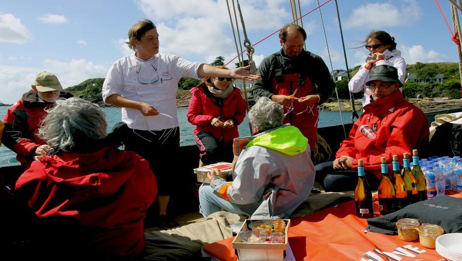 Emmanuel Tessier et son équipage vous accueillent pour des moments de découverte et de partage autour de la cuisine des produits de la mer et des épices Roellinger. Les ateliers sont ouverts à tous les passionnés.Crédit photo David Raynal