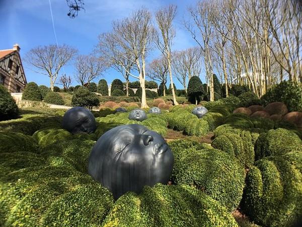 Les jardins d'Alexandre Grivko superbement placés près du musée Nungesser et Coli sont faciles d'accès puisque se trouve un parking près de la chapelle Notre-Dame-de-la-Garde.  © Les Jardins  d'Etretat