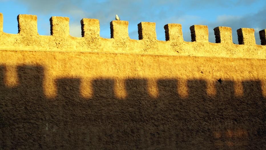 Essaouira à l'instar de Saint-Petersbourg, est une ville-pensée, jaillie des désirs du sultan et des plans de l'architecte français Théodore Cornut, alors captif aux Iles Purpuraires. Disciple de Vauban, il avait participé à la reconstruction des remparts de Saint-Malo, la cité corsaire de Bretagne.© David Raynal