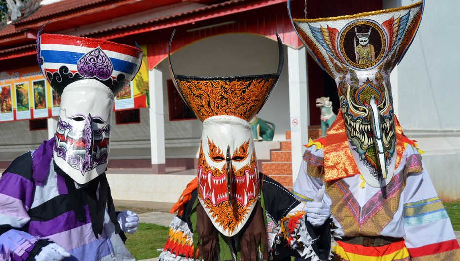 A l'origine, le mot Phi Ta Khon regroupait de jeunes hommes costumés et masqués qui apparaissaient dès l'aube dans les rues, guettant les occasions de jouer de mauvais tours aux villageois.© David Raynal