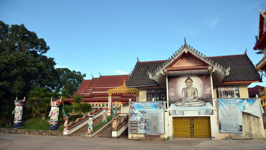 Le deuxième jour est le moment où les fidèles se rendent au temple Wat Ponchai pour écouter les treize sermons du prince Vessantara récités par les moines. © David Raynal