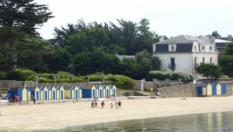 Dans ce petit paradis de nombreuses plages, dont l'une, située à deux pas du port,  conserve ses cabines de bain à l'ancienne et de toutes les couleurs..© C.Gary