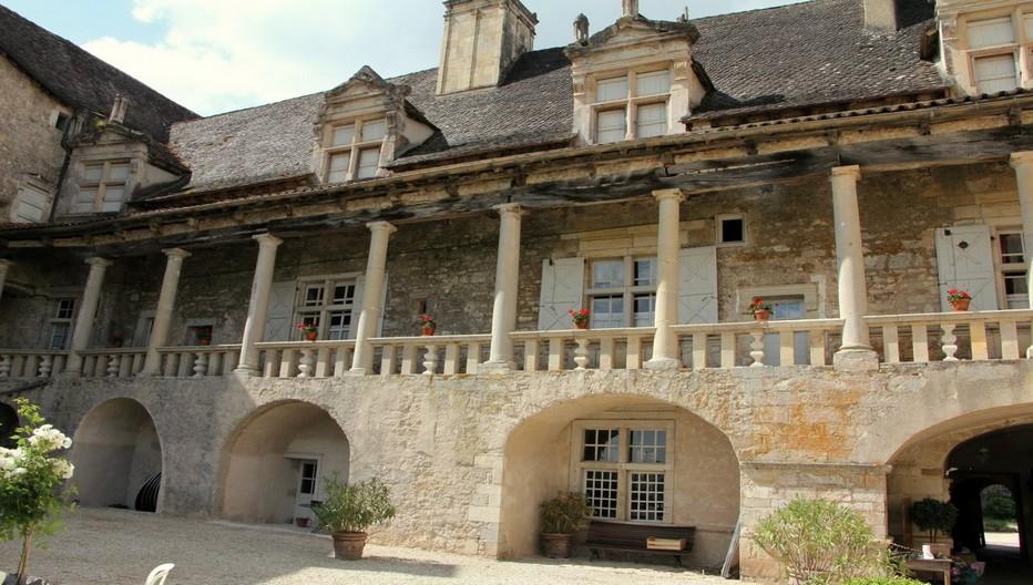 Château de Cénevières, la facade à colonnades Renaissance ©  André Degon