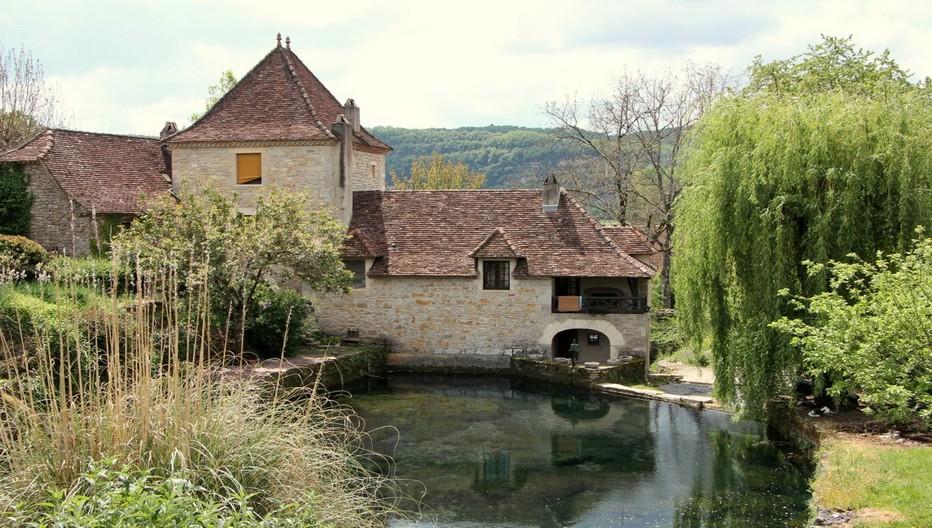 Moulin sur le Lot. Architecture typique figeacoise avec toit en ardoises plates  et bordure de  génoise. Copyright André Degon