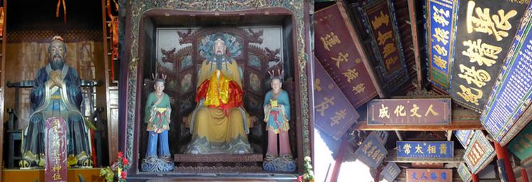 Au temple de Confucius, centre majeur d'études pour la formation des hauts dignitaires sous les Ming on y salue à l'entrée Confucius, l'un des trois maîtres à penser chinois cinq siècles av. J-C et les panneaux d'honneur aux caractères anciens célébrant les heureux élus sont toujours là. © Catherine Gary
