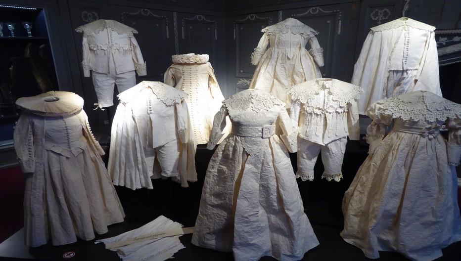 Costumes d'enfants d'époque reproduits en papier . Copyright C.Gary