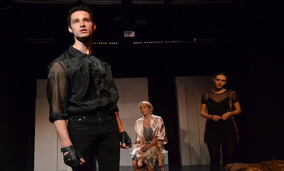 Leslie (Gabriel Tamalet) joue le frère du Rouquin en compagnie de Mâ (Claire Devere) et sa soeur dans la pièce Anna (Juliette Raynal). Crédit photo David Raynal.