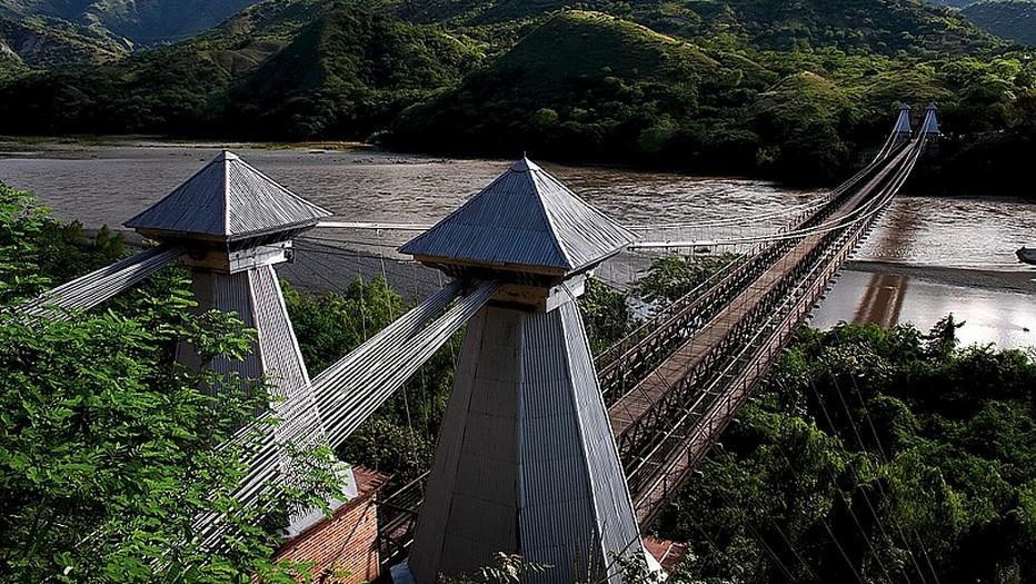 le fleuve Cauca et le fameux pont d'Occidente classé patrimoine national. Copyright lindigomag/Pixabay