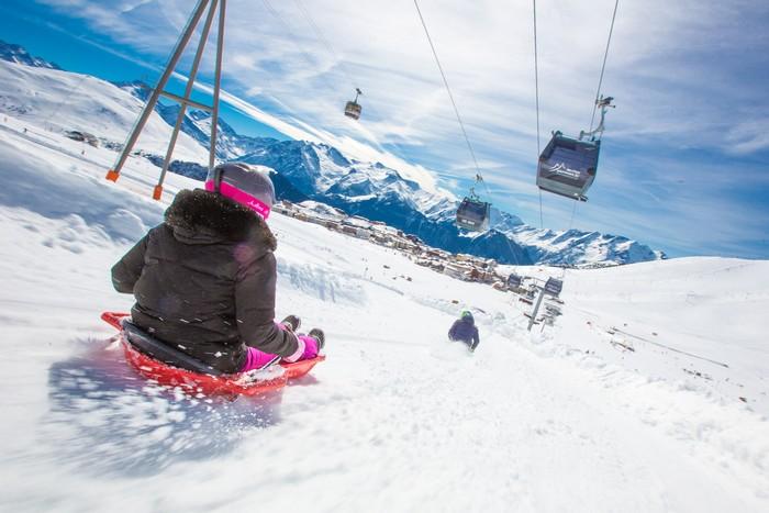 Le Printemps du Ski dès le 20 mars dans les stations françaises avec parmi toutes les activités le plaisir d'une descente en luge.  Copyright DR