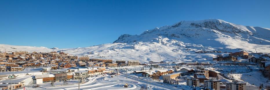 Vue panoramique sur la célèbre station de l'Alpe d'Huez.Copyright D.R.
