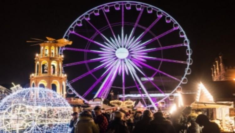 Le Targ Weglowy (Marché au Charbon) à Gdansk se transforme pendant la période de Noël en un monde féerique de lumières. Crédit photo office de tourisme de Pologne.