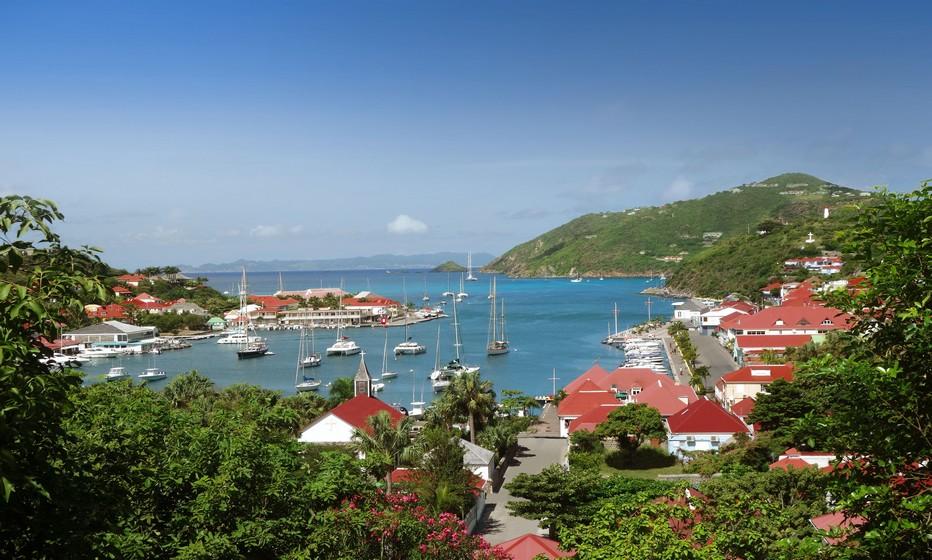 St Barthélémy peut accueillir elle dispose de 800 villas pour la location, représentant 2200 chambres, ainsi qu'une trentaine d'hôtels dont 1 palace, soit 650 chambres. (Gustavia Harbour -®Cheval Blanc -  Press Picture)