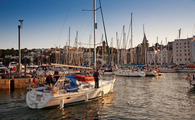 Le port de St Peter constitue le meilleur point d'ancrage des îles Anglo-Normandes. Copyright visitguernesey