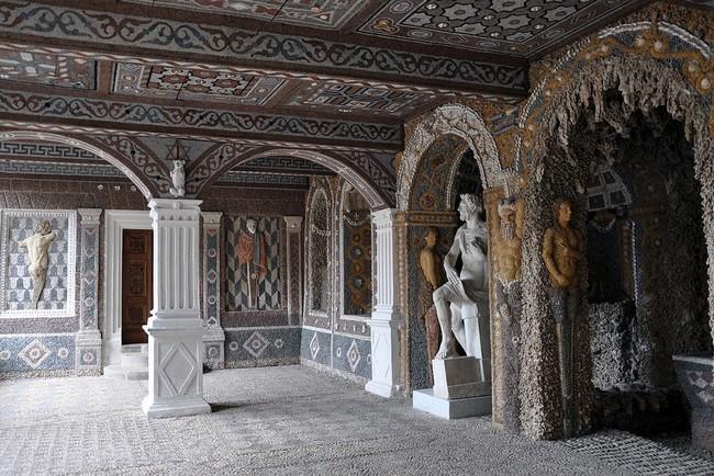 La grotte de rocaille inspirée par la villa Médicis mène à la chapelle décorée par des maîtres italiens. © wikimédia.org