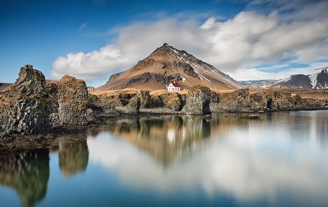 A l'extrémité de la péninsule, trône le Snaefellsjökull, un volcan qui doit sa renommée à Jules Verne qui en a fait le point d'entrée de son « Voyage au centre de la Terre ». Copyright  Guide to Iceland