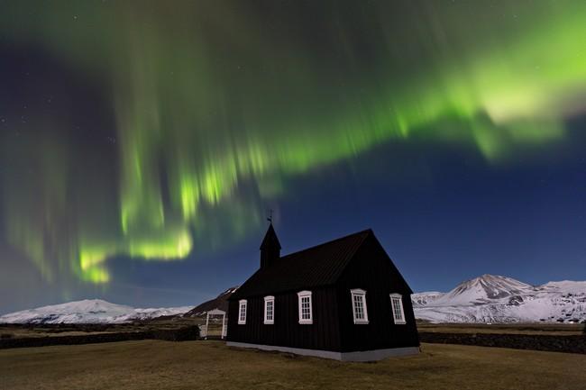 Il ne faut pas oublier de faire un petit arrêt à Budir, une localité renommée pour son église noire. Copyright  Guide to Iceland