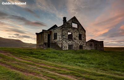 Depuis chaque année, de plus en plus de voyageurs se rendent dans ce pays singulier pour découvrir cette terre de glace et de feu à la beauté mystérieuse et inviolée.Copyright  Guide to Iceland