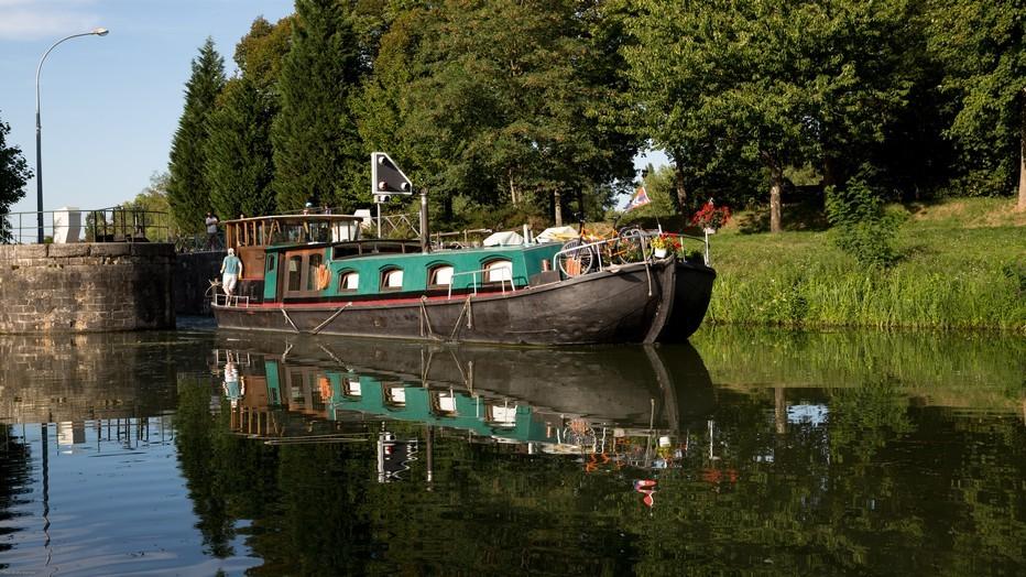 Balade dans la sérénité du canal du Nivernais . Copyright OT Decize