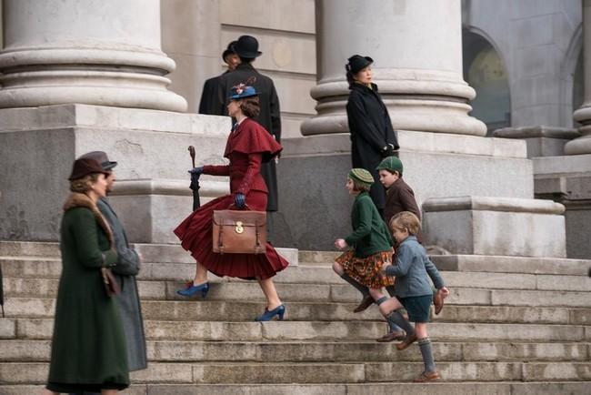 Les enfants suivent Mary Poppins pour défendre leur père auprès du banquier rapace du Royal exange  ©2018 Disney