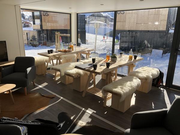 La pièce à vivre commune installée au milieu des containers réaménagés où l'on pourra prendre ses repas. @ X.Bonnet