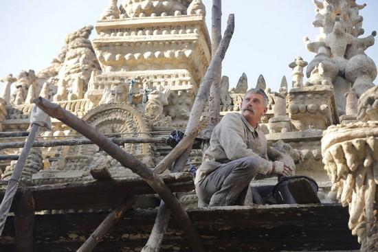 """« Pour distraire mes pensées, je construisais en rêve, un palais féerique… »  Sortie le 16 janvier 2019 du film de Niels Tavernier """"L'incroyable histoire du facteur Cheval"""" dont le rôle est interprété par Jacques Gamblin. @ SND Studio Fechner"""