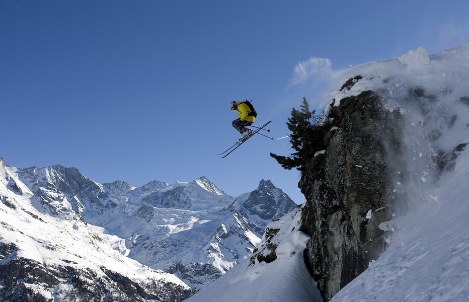 Ski de piste, freeride, randonnées en raquettes ou en ski de fond. Les plaisirs des sports de neige sont accessibles à tous. Le domaine skiable de St-Luc-Chandolin s'étire entre 1650 et 3000 mètres d'altitude et compte 65 km de pistes de ski ainsi qu'un snowpark. @ OT Valais