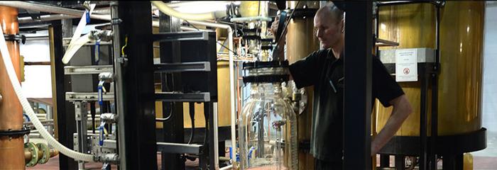 A Penderyn, l'eau provient d'une source calcaire et carbonifère puisée dans les profondeurs de la distillerie. @Visit Wales.