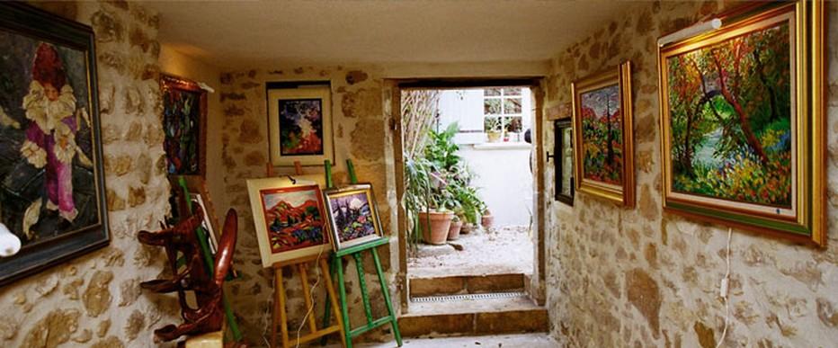 Dans un coin du jardin, un vieil escalier de pierre mène à l'atelier-galerie. Il ne faut pas hésiter à y pénétrer pour découvrir  la peinture d'Armelle Andréi. @ La maison du Peintre